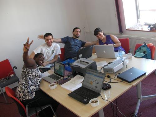 Grupul de lucru pe promovarea accesului la e-participare: Nicky (UK/Olanda/Sudan), Radu (Romania), Federico (Italia), si Claire (Belgia/Franta).